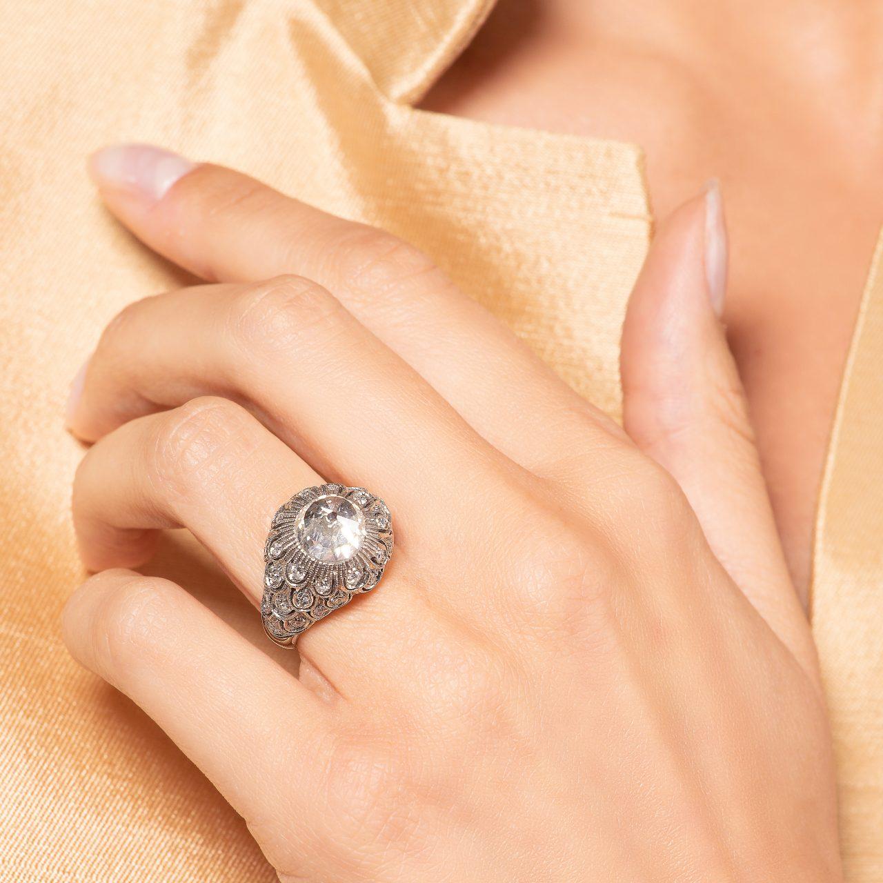 Illario anello a piramide in platino con diamanti indossato