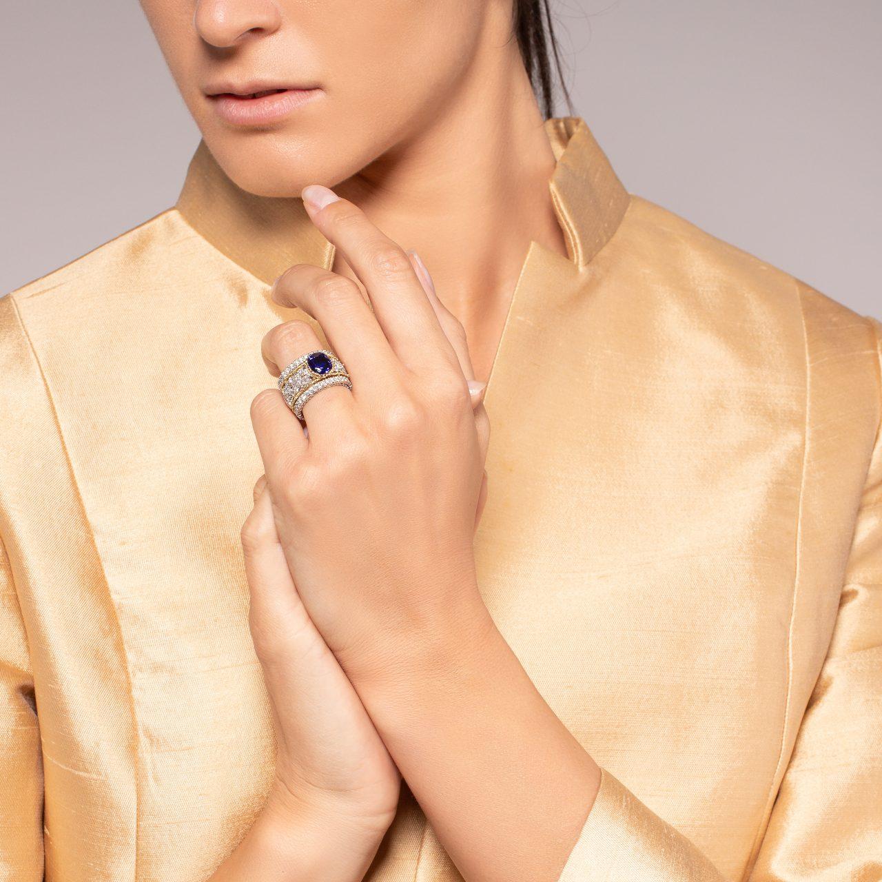 Anello di Buccellati in oro bianco e giallo 18k con Zaffiro e Diamanti indossato