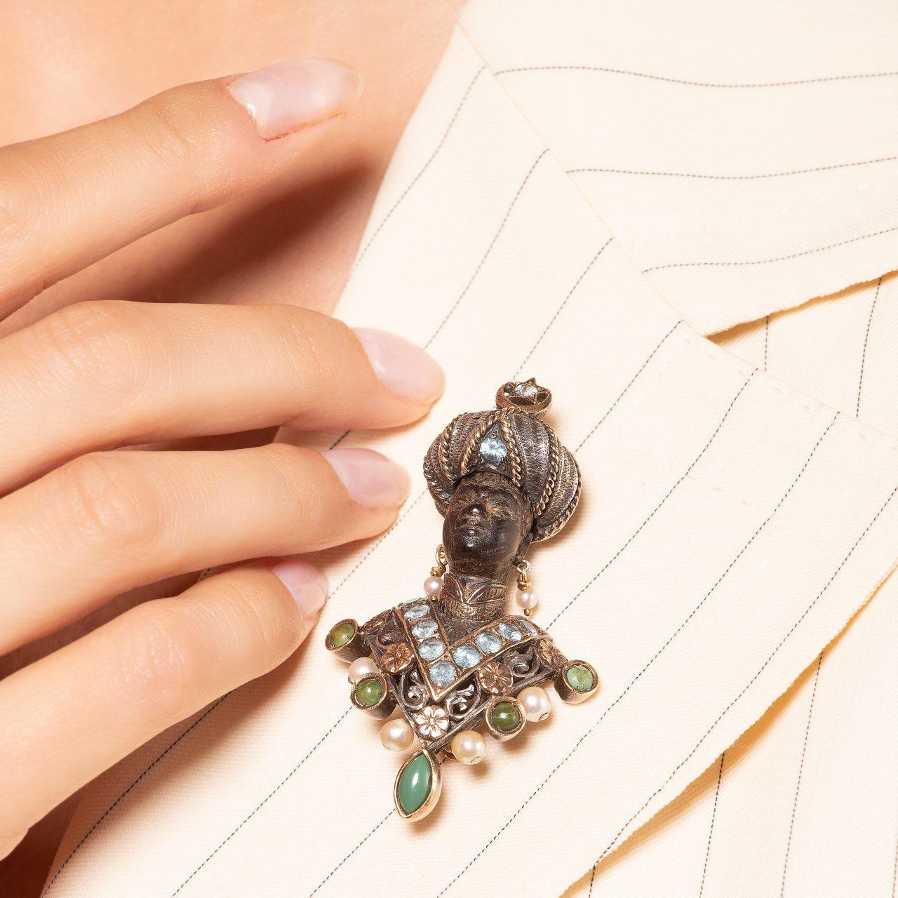 """Nardi spilla """"moretto"""" in oro e argento con ebano turchesi e perle indossata"""