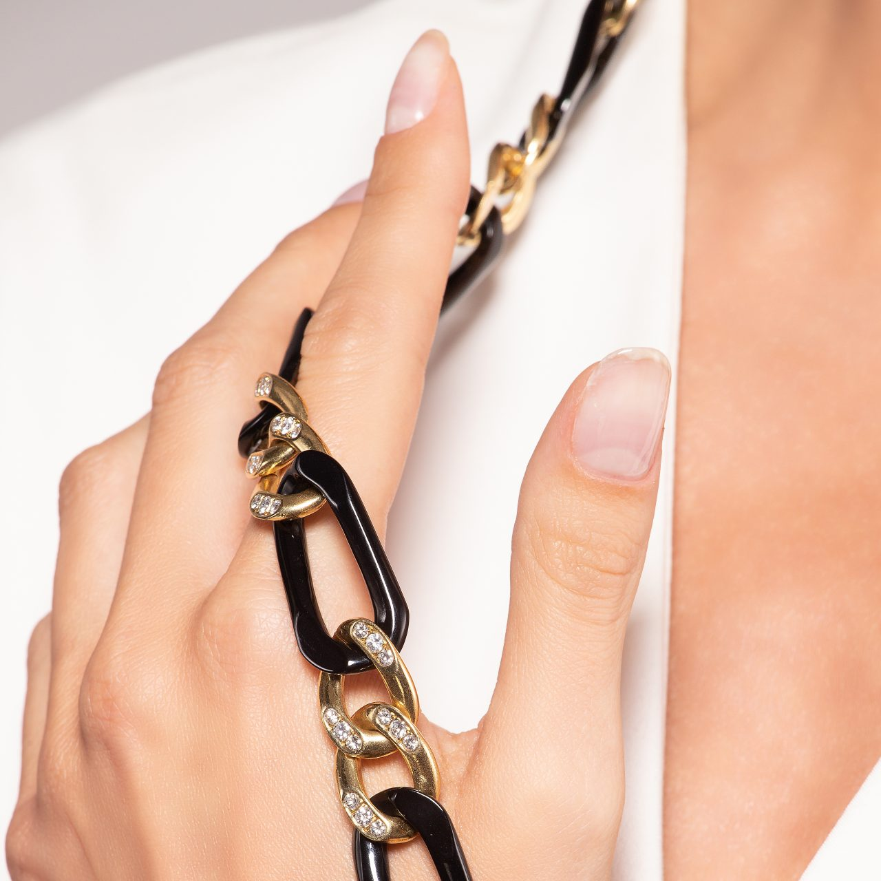 Collana di Van Cleef & Arpels in oro giallo 18k con Onice e Diamanti indossata