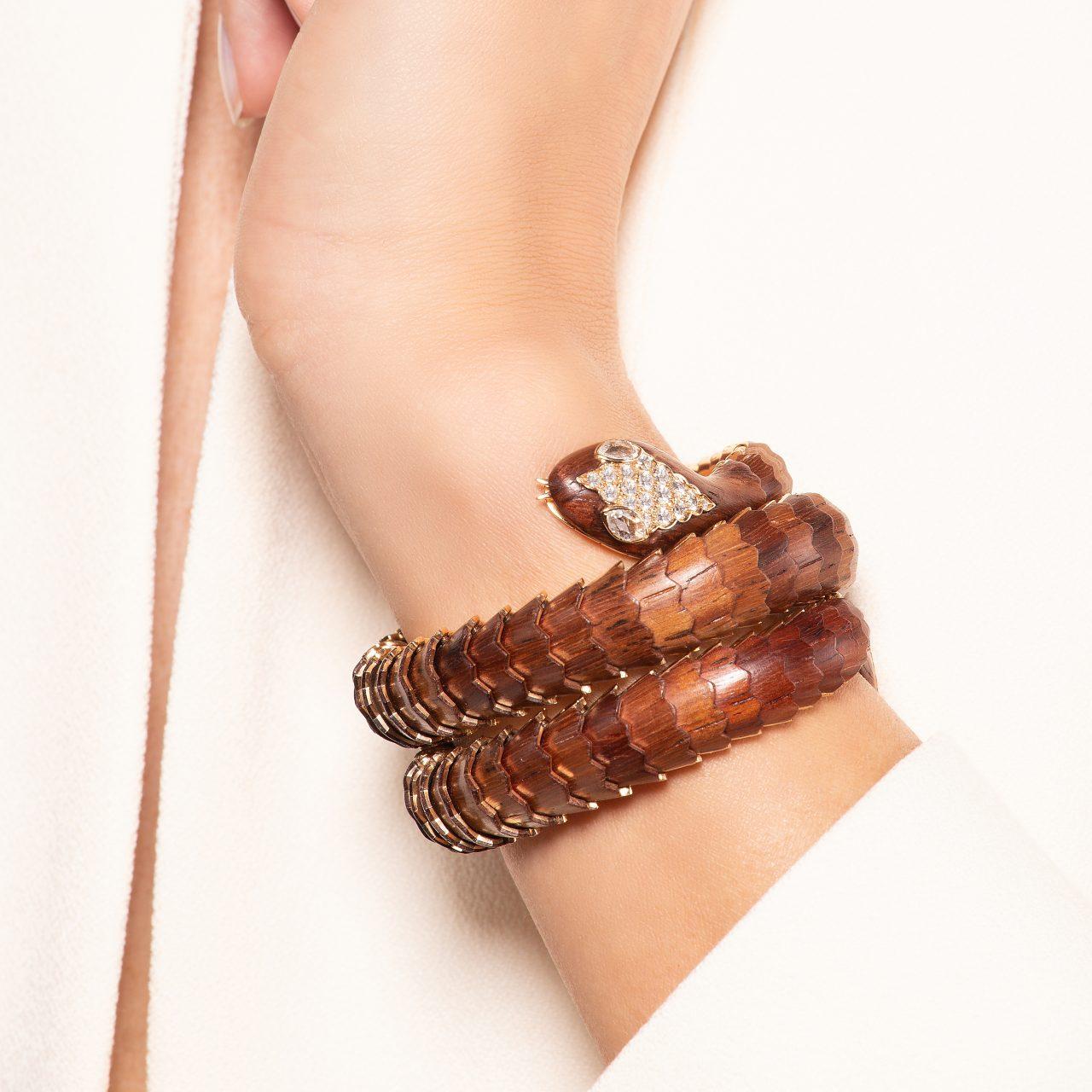 Bracciale serpente di Illario in legno padouk, oro giallo 18k e diamanti indossato