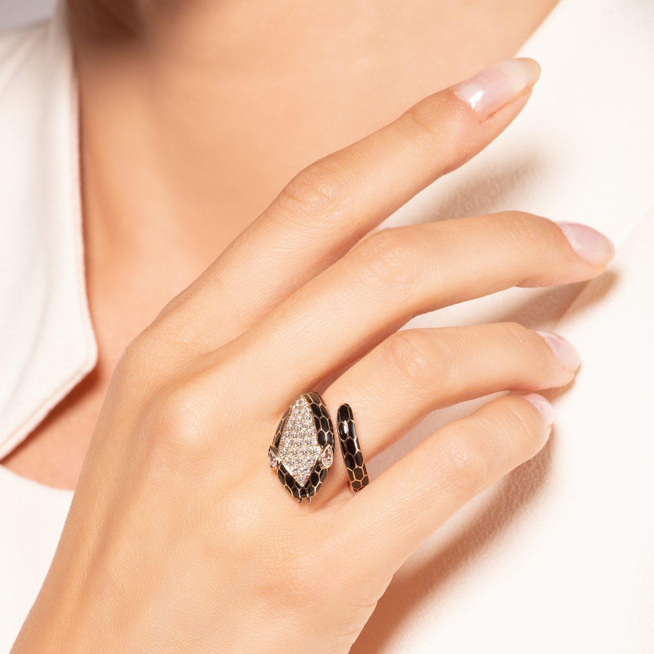 Illario anello serpente in Oro Rosa 18k smaltato con diamanti indossato