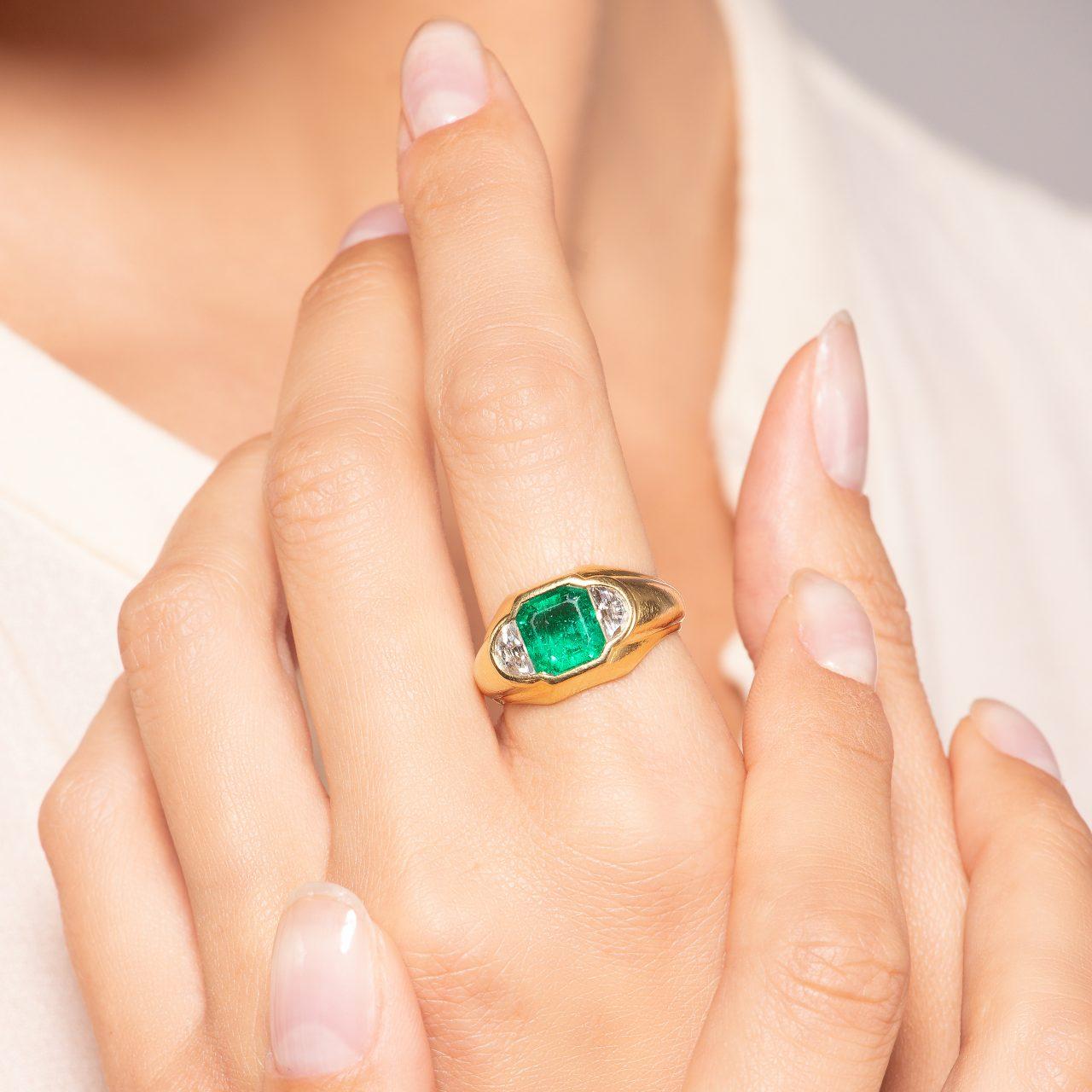 Bulgari anello in Oro Giallo 18k con Smeraldo e diamanti indossato