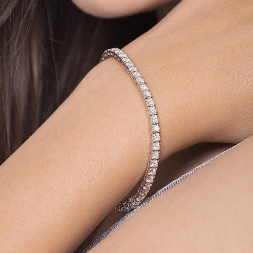 Bracciale tennis in oro bianco 18k con diamanti indossato